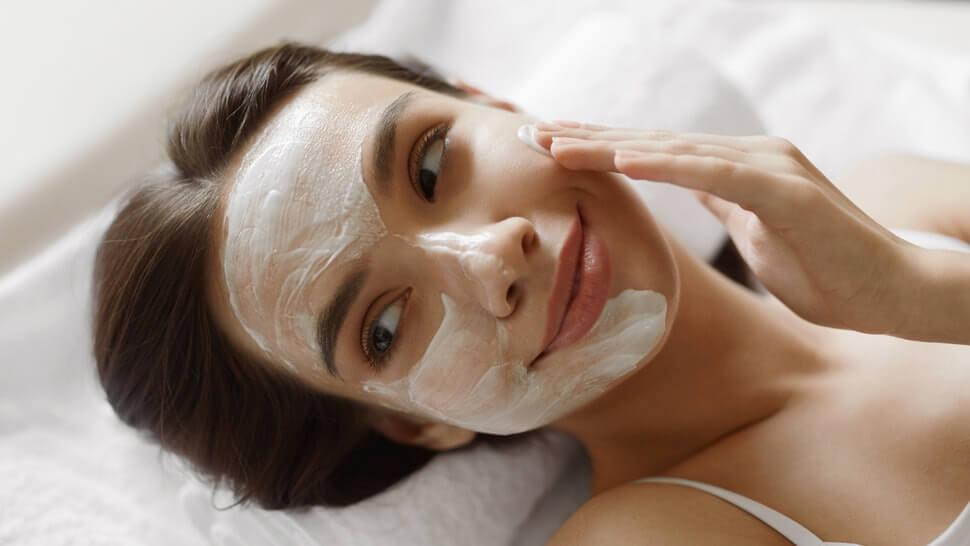 Хидратиране на кожата на лицето с маска