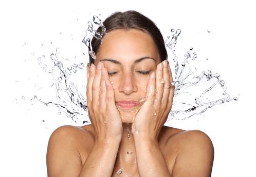 Хидратиране на лицето с вода