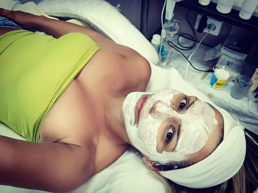 Почистване на лице при козметик в Бургас