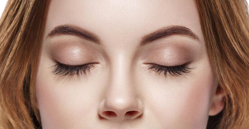 Какво е общото между дефиниция на красотата и боядисването на мигли и вежди?